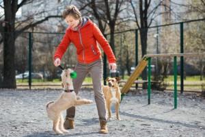fiatal nő két kutyával